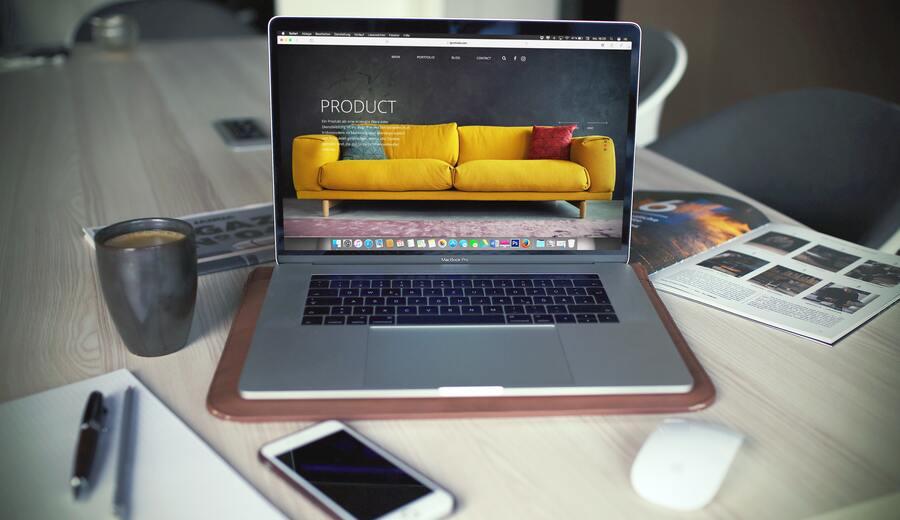 laptop con banners publicitarios