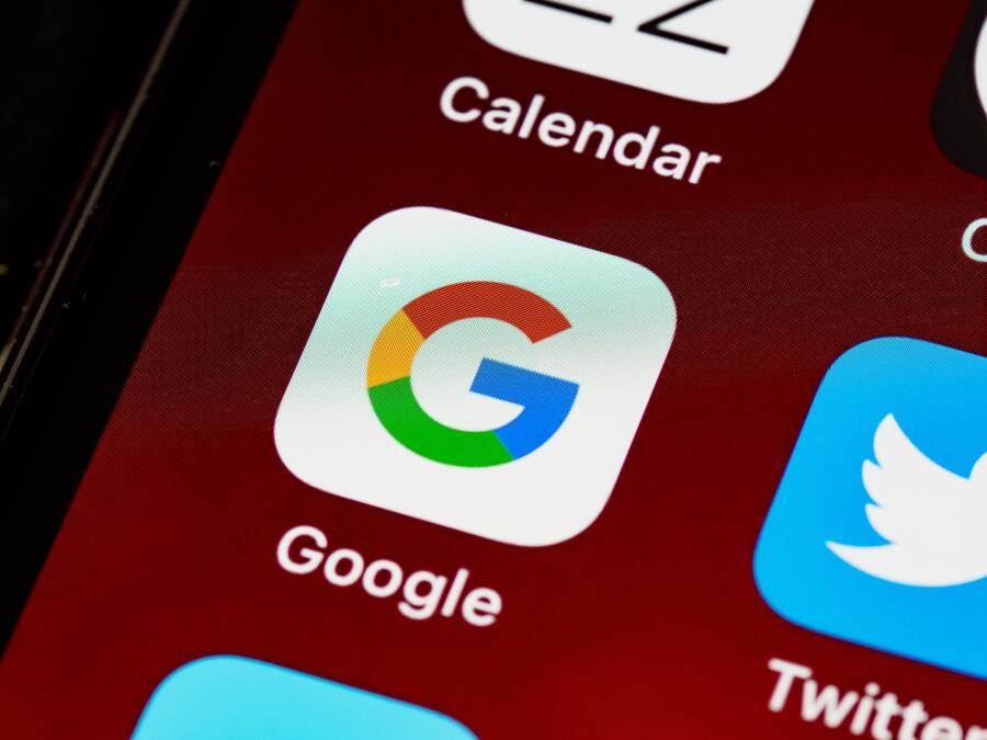 pantalla de teléfono con app de google